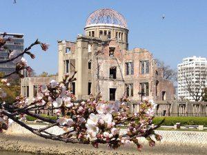 原爆ドームと桜